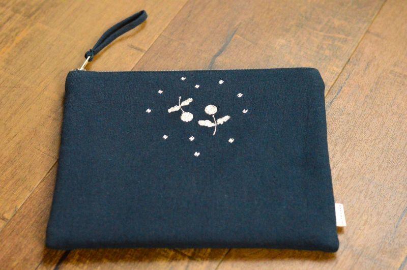 画像1: 刺繍ひらつつみ(大)「木いちご」インディゴブルー (1)